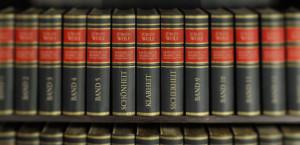 Jeder Menge Lexika-Rücken - zentriert Bände mit den Inhalten Schönheit, Klarheit, Sicherheit
